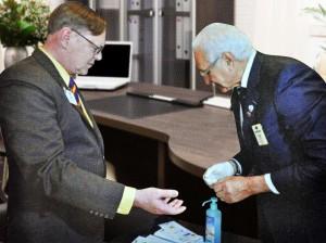 Albert Misseri, Président de L.I.D.E.R. Diabète, réalisant une glycémie capillaire à Joe Preston, Président International du L.C.I. 2014-2015 lors de sa visite à Cannes.